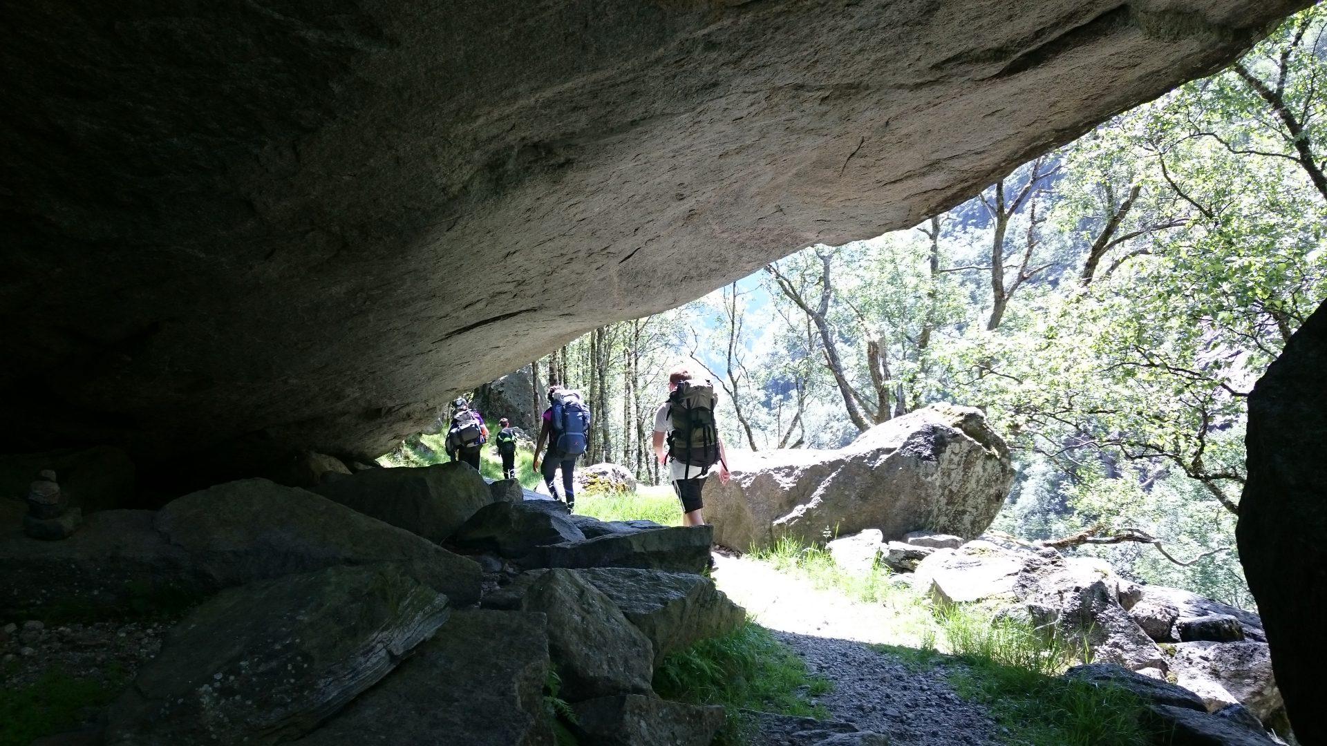 Langs stien til Trodla-Tysdal må ein over elver og under stein og fjell