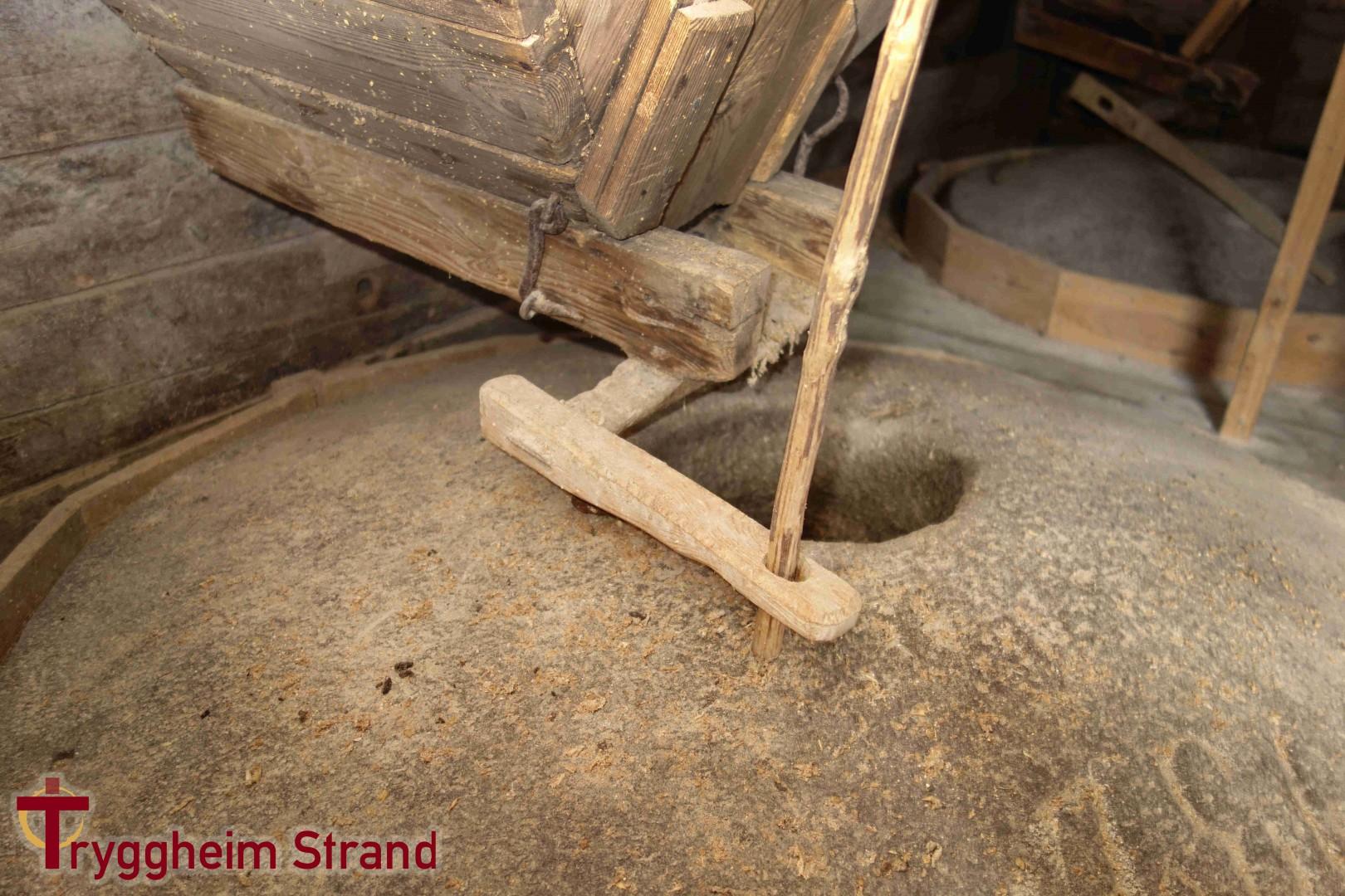 Automatisert utmating av korn, forårsaka av vibrasjonar. Finurlige løysningar på enkle problem var mogleg òg i gamle tider.
